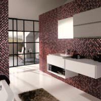 Рельефная мозаика на стенах ванной комнаты