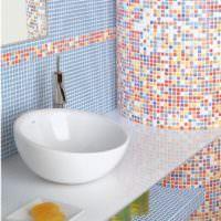 Пестрая мозаика в дизайне ванной