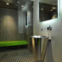 Геометрический орнамент из мозаики в ванной комнате