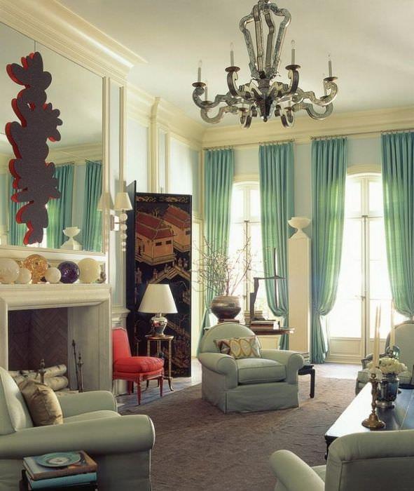 Шторы мятного оттенка в гостиной частного дома