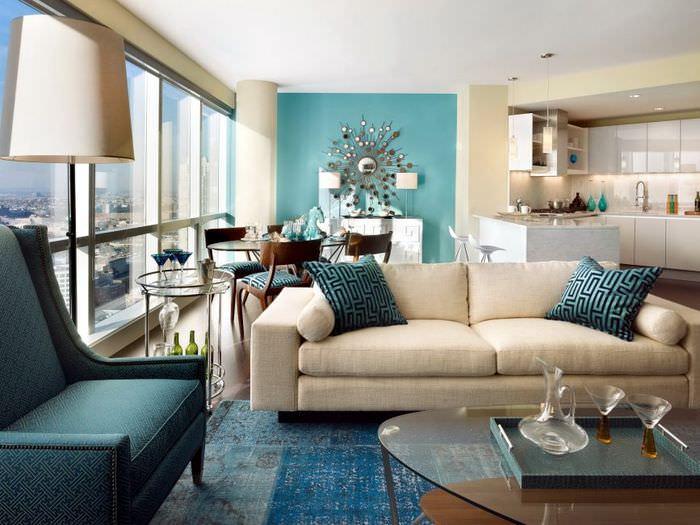 Интерьер гостиной с мятными стенами и бежевым диваном
