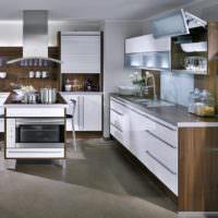 Мебельный гарнитур с белыми фасадами на кухне в стиле минимализма