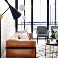 Кожаный диванчик с коричневой обивкой