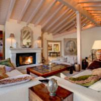 Деревянный потолок в комнате с камином