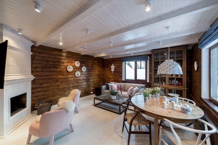 Деревянный потолок белого цвета на кухне загородного дома