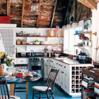 Круглый обеденный стол на кухне в стиле кантри