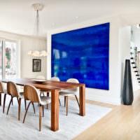 Дизайн светлой гостиной с синим акцентом
