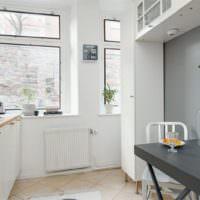 Серые столик в интерьере кухни