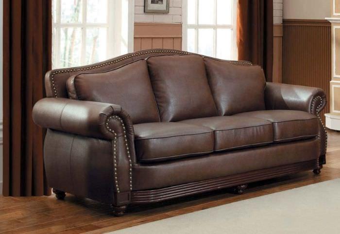 Темно-коричневый диван с обивкой из натуральной кожи