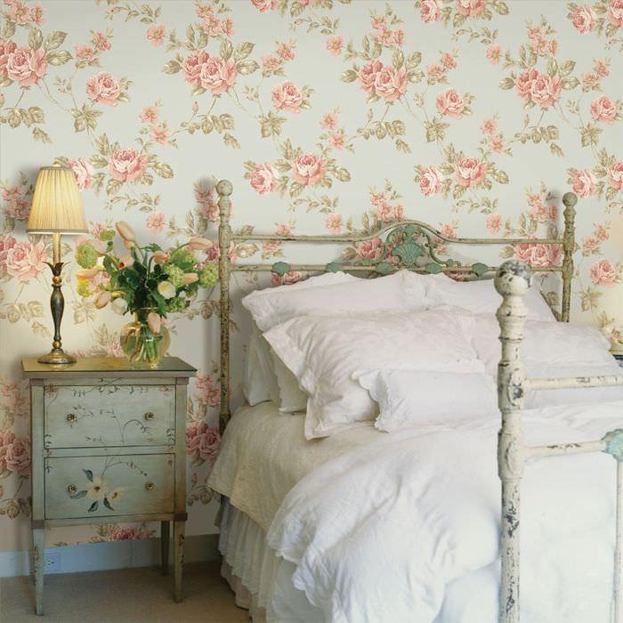 Оформление стены спальни цветочными обоями в деревенской стилистике