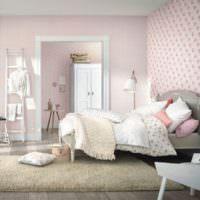 Спальня молодой девушки с винтажной кроватью