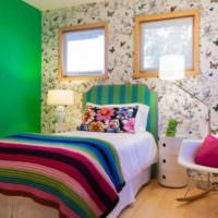 Зеленая стена в спальне частного дома
