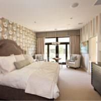 Оклейка стен в спальне обоями различного вида