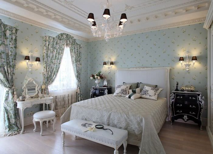 Обои с еле заметными цветками в пастельных тонах на стене в спальной