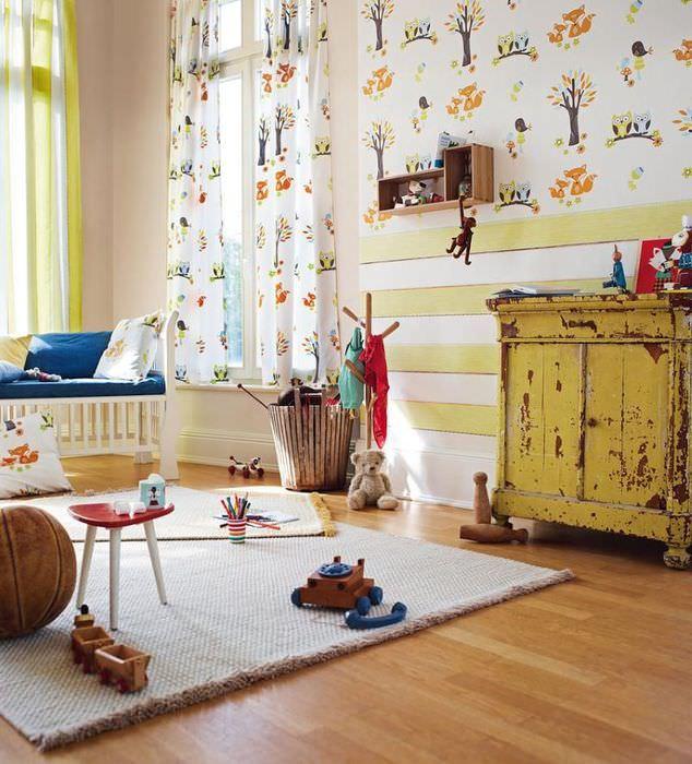 Сочетание двух видов обоев в детской комнате