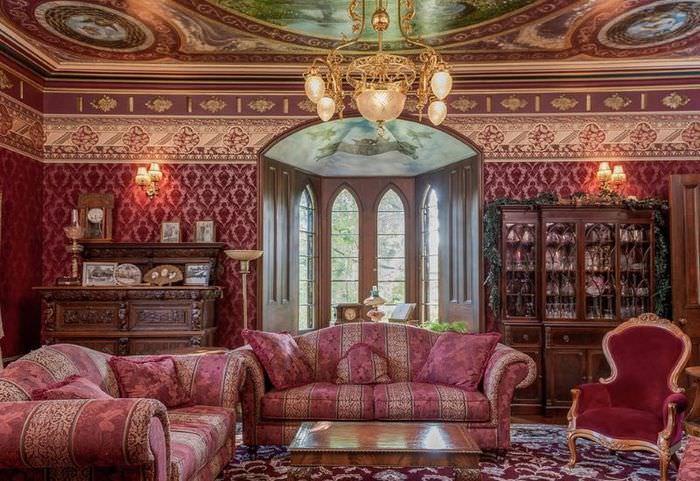 Интерьер гостиной в стиле рококо с рельефными обоями