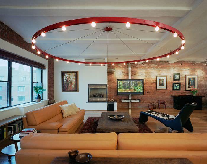 Интерьер гостиной в стиле лофт с люстрой гигантских размеров