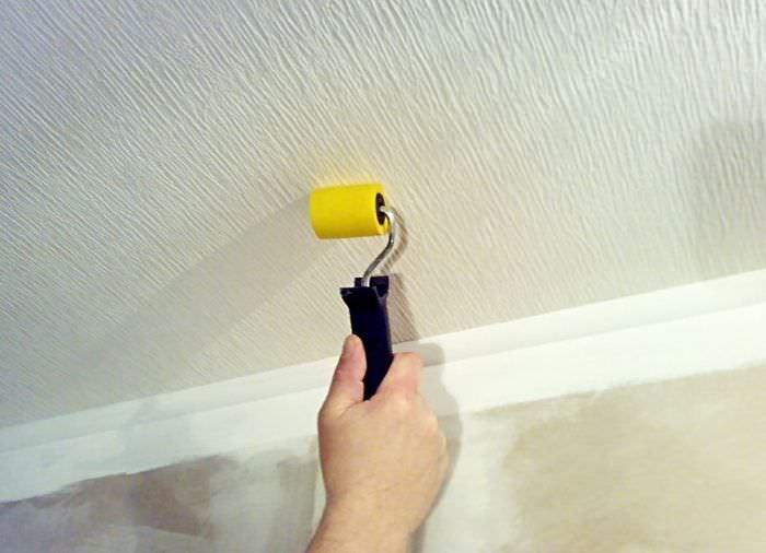 Оклейка потолка гостиной виниловыми обоями