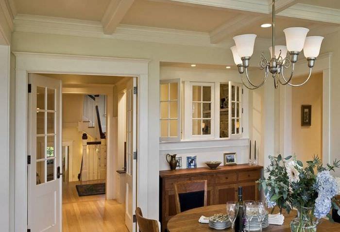 Интерьер гостиной с белыми окнами