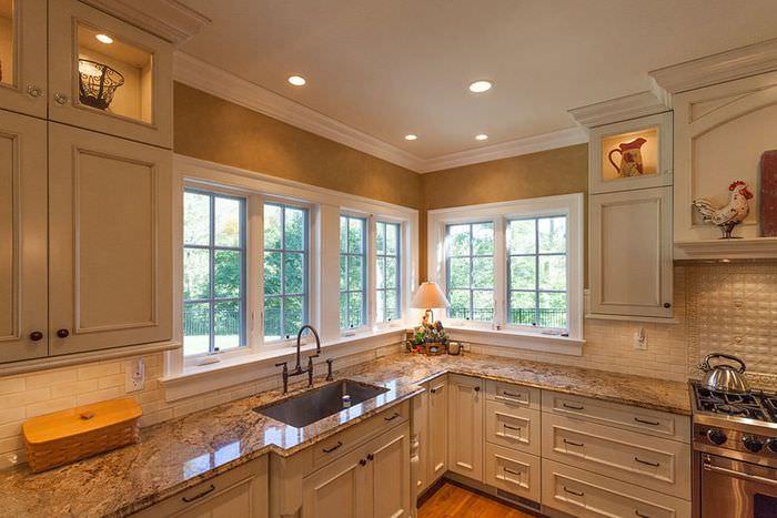 Точечные светильники на кухне с золотыми обоями