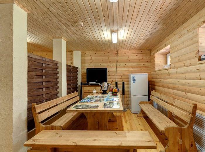 Облицовка деревом стен и потолка комнаты отдыха в бане