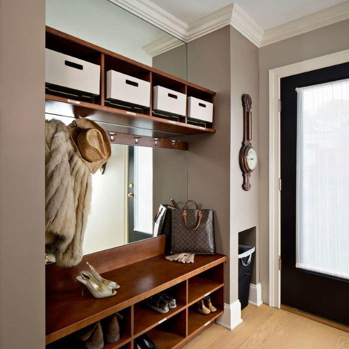 Открытая система хранения вещей и одежды в угловой прихожей