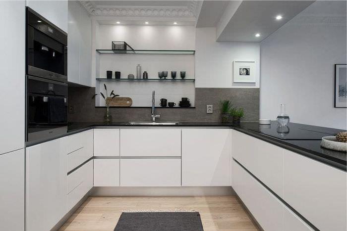 Белые фасады кухонного гарнитура П-образной планировки