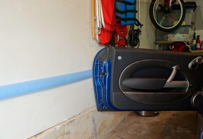 Защита дверей автомобиля при открывании в гараже