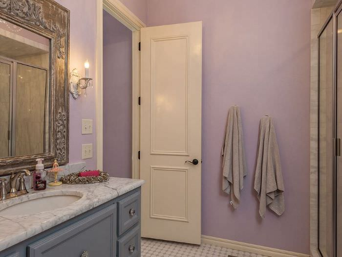 Пластиковая дверь светлого оттенка в интерьере ванной комнаты