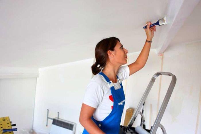 Окрашивание потолочной балки водоэмульсионной краской своими руками
