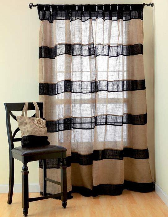 полосатые шторы из мешковины на окне гостиной комнаты