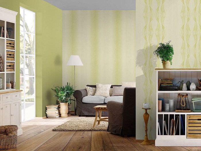 Зеленые обои на стенах гостиной