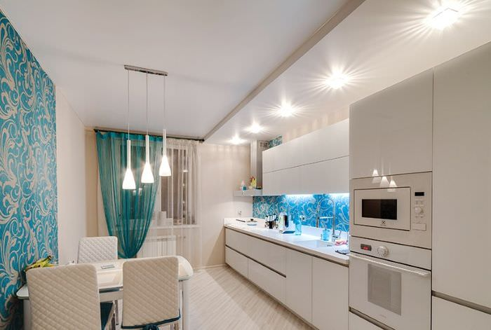 Двухуровневый потолок с подсветкой над обеденной зоной в кухне городской квартиры