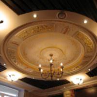 Лепнина в оформлении потолка зала