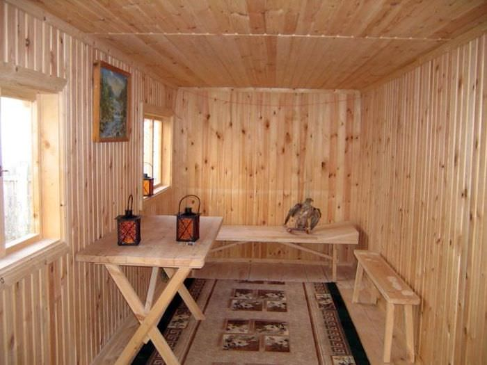 Простой интерьер комнаты отдыха в небольшой баньке