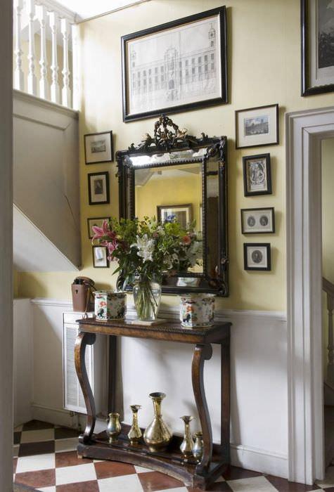 Трельяж в классическом стиле с коричневой отделкой в прихожей частного дома
