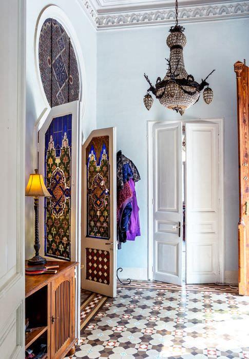 Двери с витражами в прихожей марокканского стиля