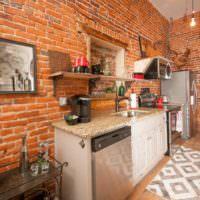 Стена из красного кирпича на кухне частного дома