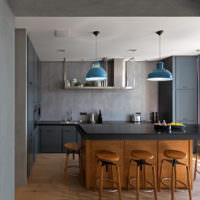 Серый интерьер кухни-гостиной частного дома