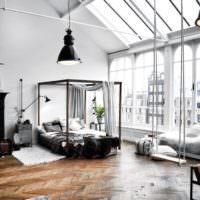 Яркое естественное освещение в гостиной частного дома
