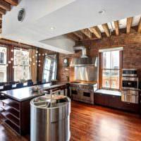Индустриальный интерьер кухни городской квартиры
