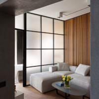 Светлый диван в гостиной индустриального стиля