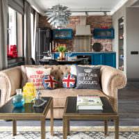 Яркие декоративные подушки в интерьере гостиной индустриального стиля