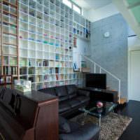 Книжные полки в гостиной с высоким потолком