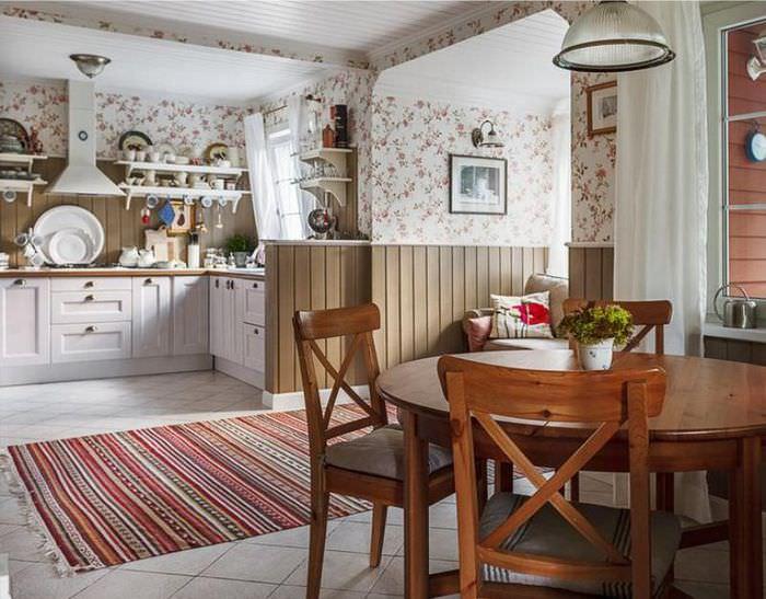 Дизайн кухни частного дома с обоями в цветочек