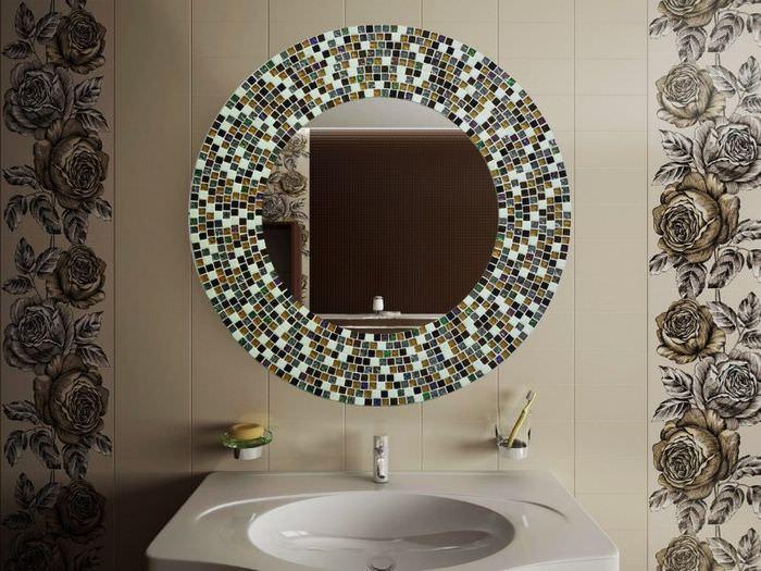 Зеркало с рамой из мозаики в ванной комнате