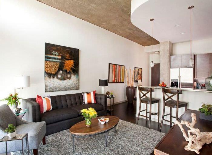 Серый ковер на полу кухни-гостиной