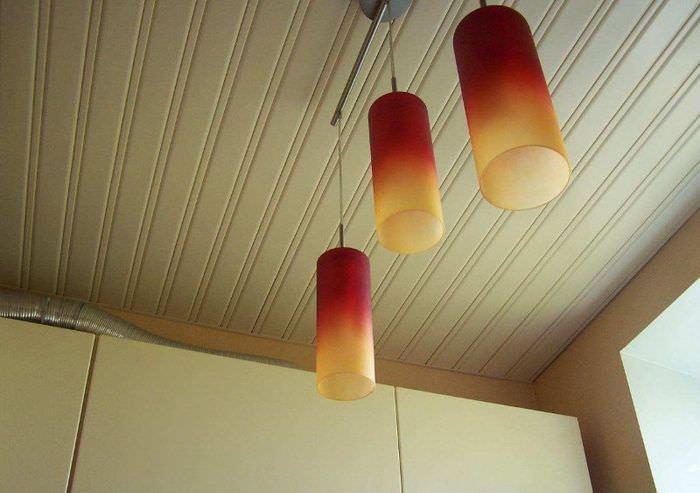 Реечные потолок из пластика в интерьере кухни