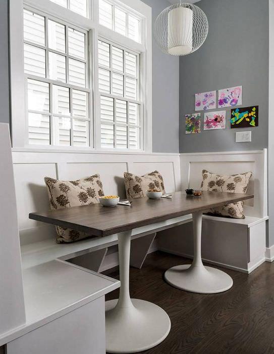 Дизайн обеденной зоны в ретро стиле с современным столиком