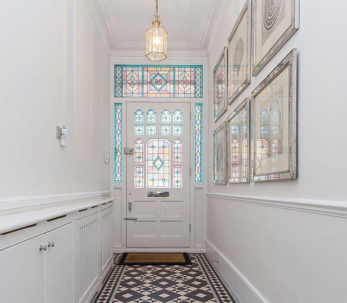 Белая дверь с витражами в узком коридоре